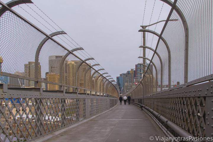 Parte peatonal del famoso puente de la bahía de Sydney, Australia
