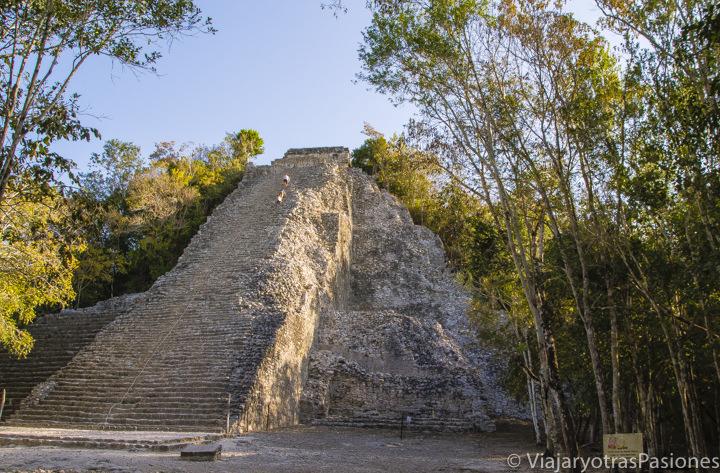 Amanecer en el famoso sitio arqueológico de Cobá, en México