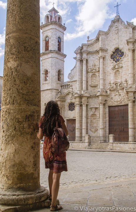 Paula mirando la catedral de La Habana en la bonita plaza del mismo nombre. La Habana, Cuba.