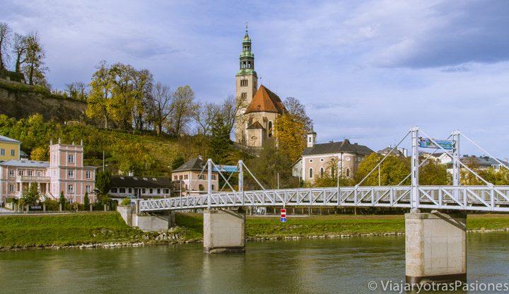 La bonita iglesia de María y el río Salzach en Salzburgo