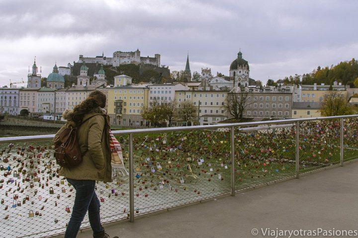 Paula cruza el puente Makarsteg del río Salzach en Salzburgo