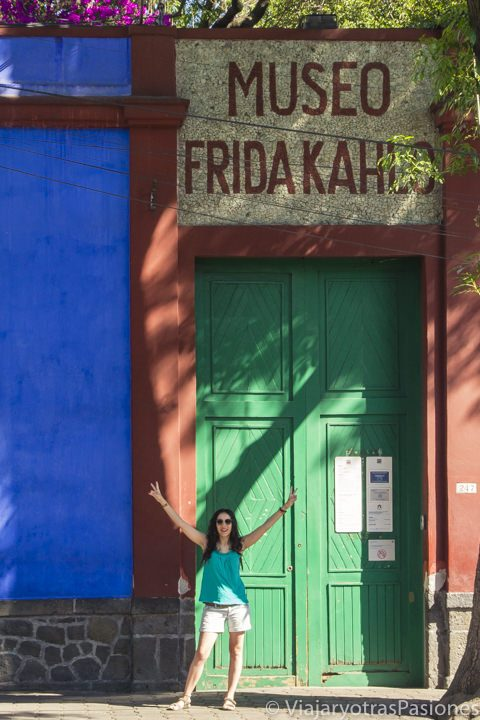 Paula delante del museo de Frida Kahlo (o Casa Azul) en Coyoacán, uno de los imprescindibles de CDMX