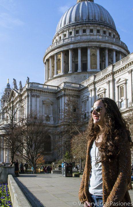 Paula de frente a la famosa catedral de St Paul en Londres