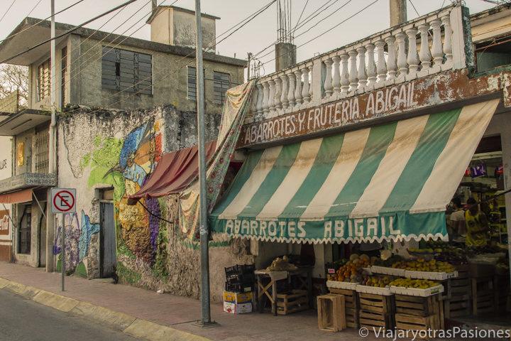 Bonita vista de una calle del pueblo de Bacalar, México