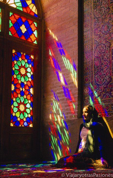 Sentada a la luz de la mezquita rosa en Shiraz, Irán
