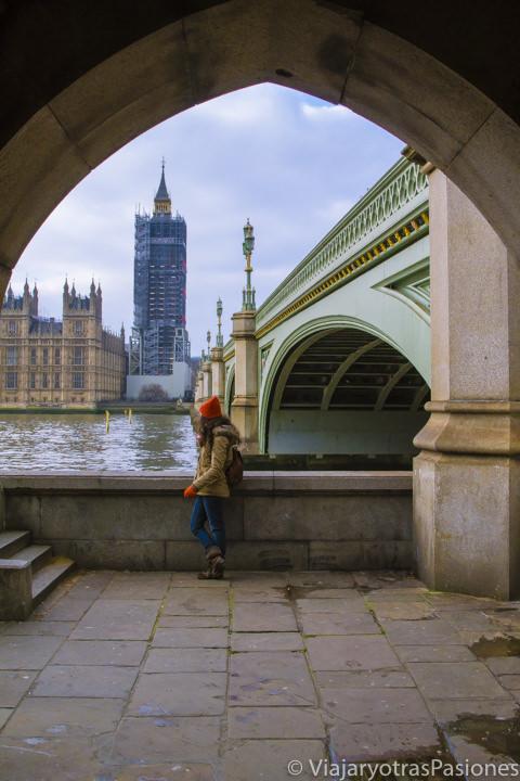 Icónica imagen del puente de Westminster con el Big Ben en Londres, Inglaterra