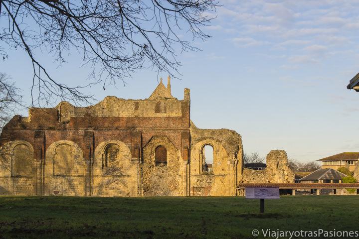 Atardecer en las ruinas de San Agustín en Canterbury en un día