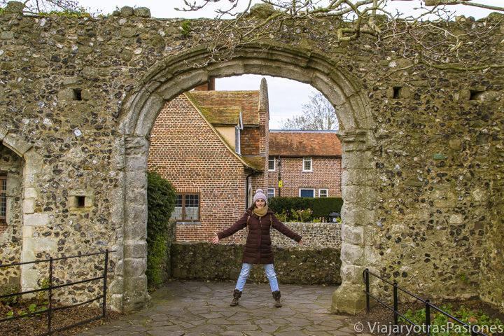 En las antiguas murallas de Canterbury en el Westgate Garden