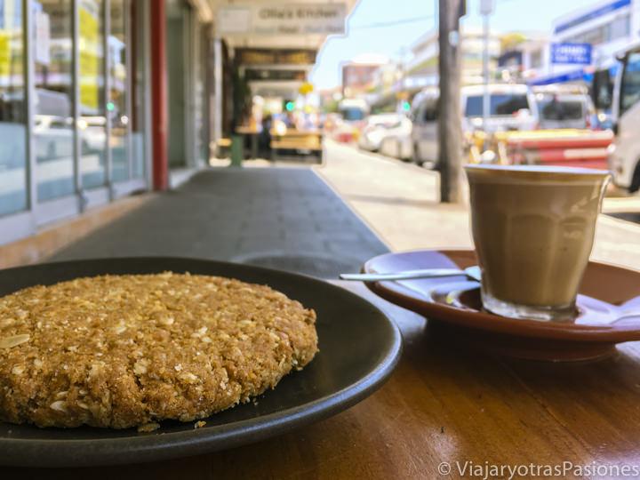 Típico Anzac biscuit y cafe piccolo en Coogee, Australia