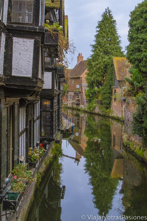 El pintoresco Great Stour Canal en Canterbury, Inglaterra