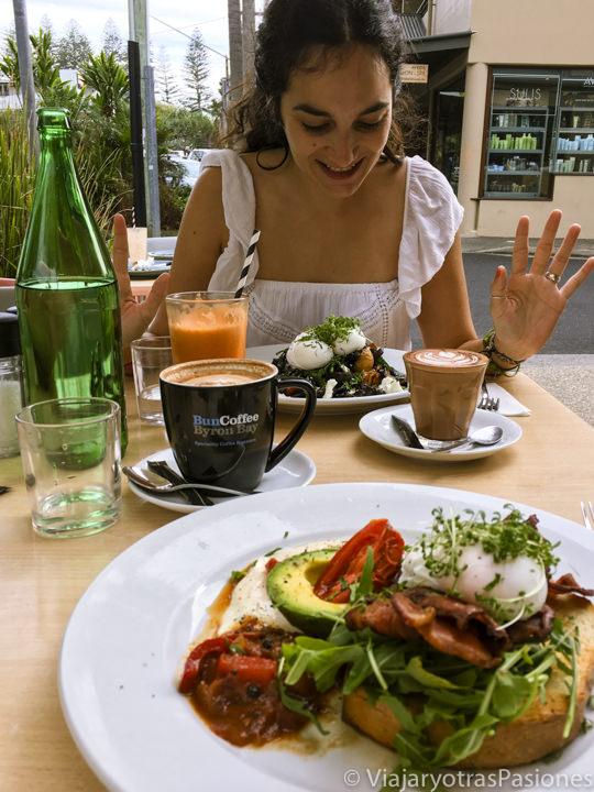 Típico brunch en un restaurante de Byron Bay en Australia