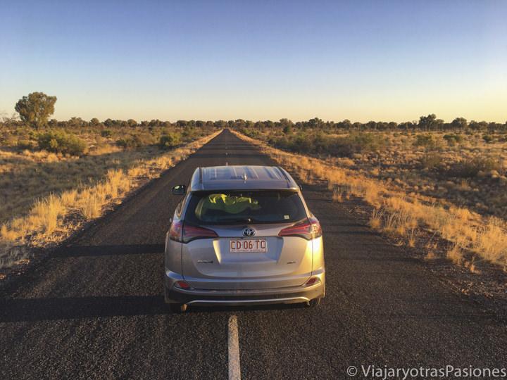 Espectacular panorama de una carretera en el outback de Australia