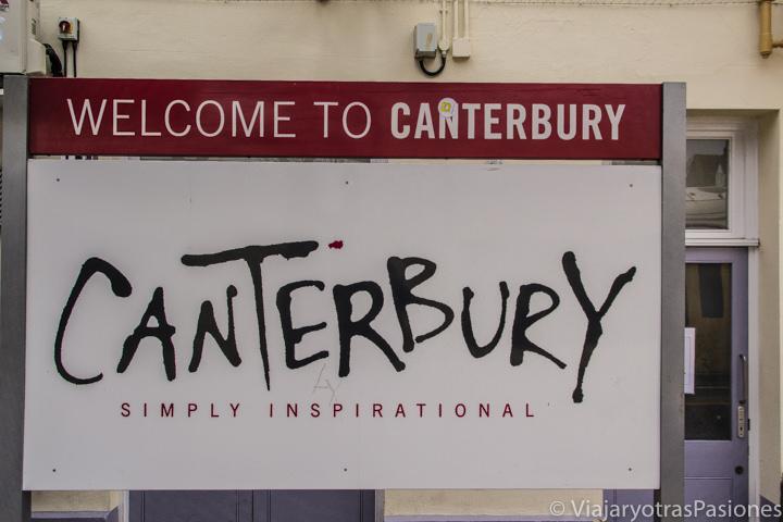Insignia en la estación de tren en Canterbury