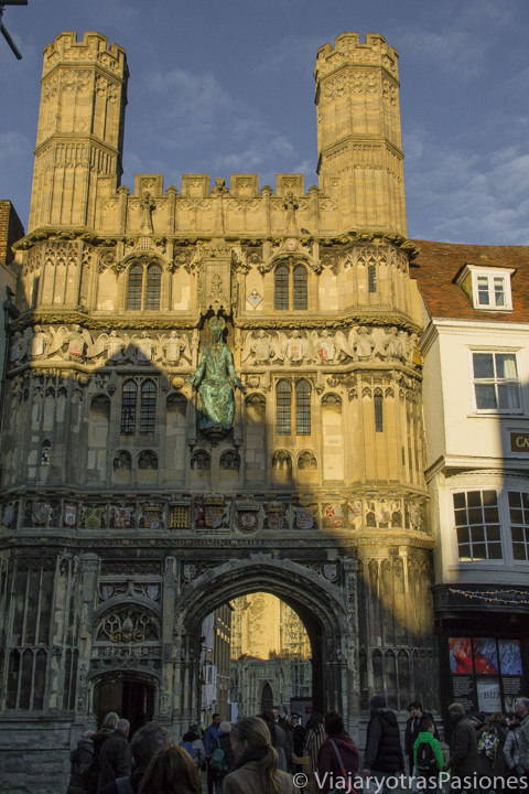 El famoso Christ Church Gate de la catedral de Canterbury in Inglaterra