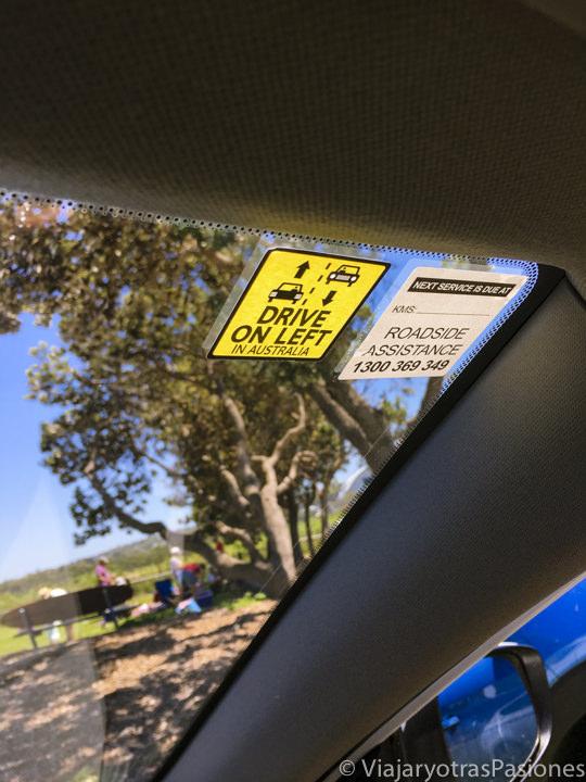 Pegatina para recordar que en Australia se conduce por la izquierda