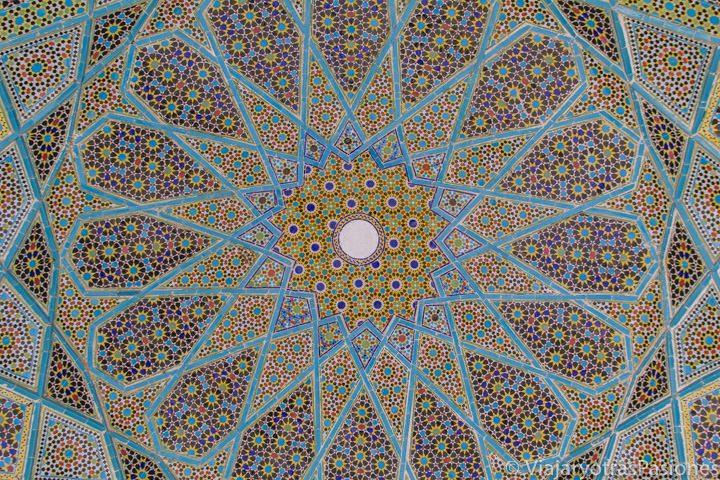 Decoración interior en la cúpula de la tumba del poeta Hafez, Irán