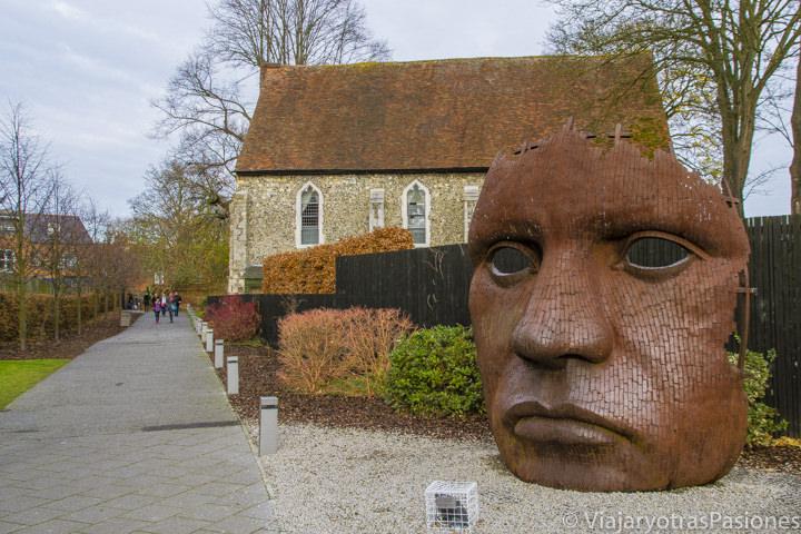 Estatua enorme en las calles de Canterbury