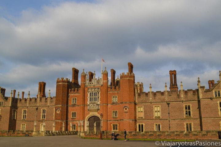 Palacio de Hampton Court al atardecer en las afueras de Londres en Inglaterra