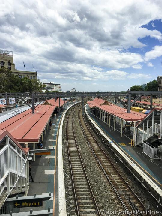 Panorámica de la via del tren en la estación de Redfern en Sydney, Australia