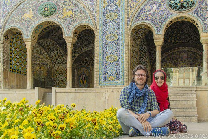 Sentados frente a la arquitectura iraní en Teherán