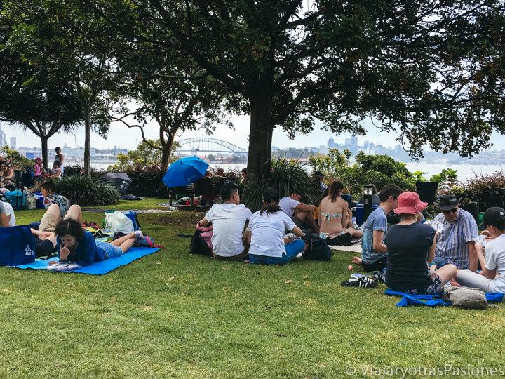 Gente sentada esperando lo famosos fuegos artificiales por el año nuevo en Sydney