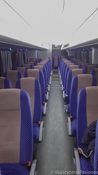 Interior del bus Ado para llegar a Playa del Carmen desde el aeropuerto de Cancún en México