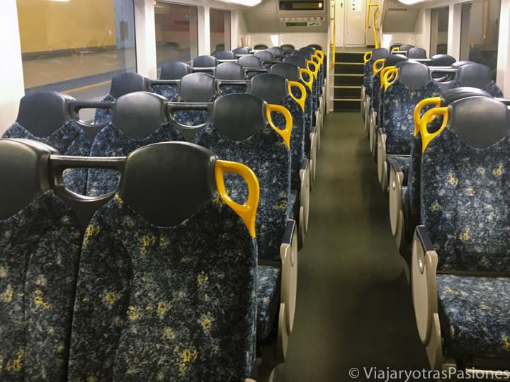 Interior de un tren público en Sydney, Australia