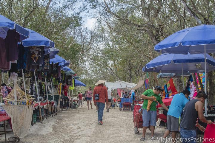 Mercado artesanal en la zona arqueológica de Chichen Itza en la peninsula de Yucatán en México