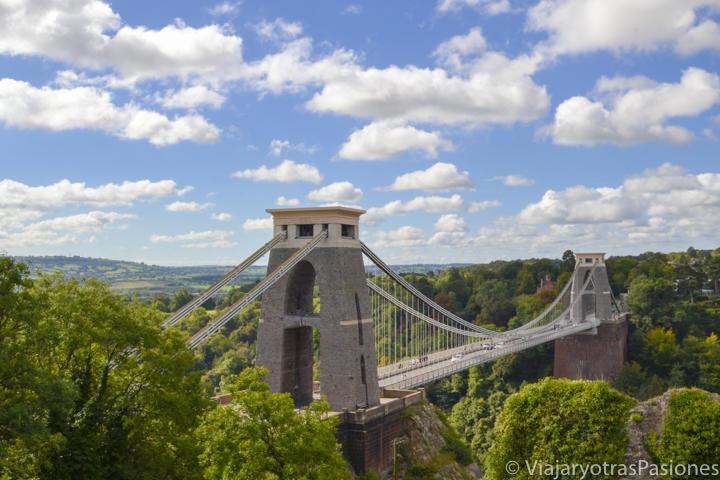 El magnífico Clifton Bridge sobre el río Avon en Bristol an las excursiones desde Londres