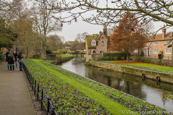 Vista de los Westgate Gardens en Canterbury en un día
