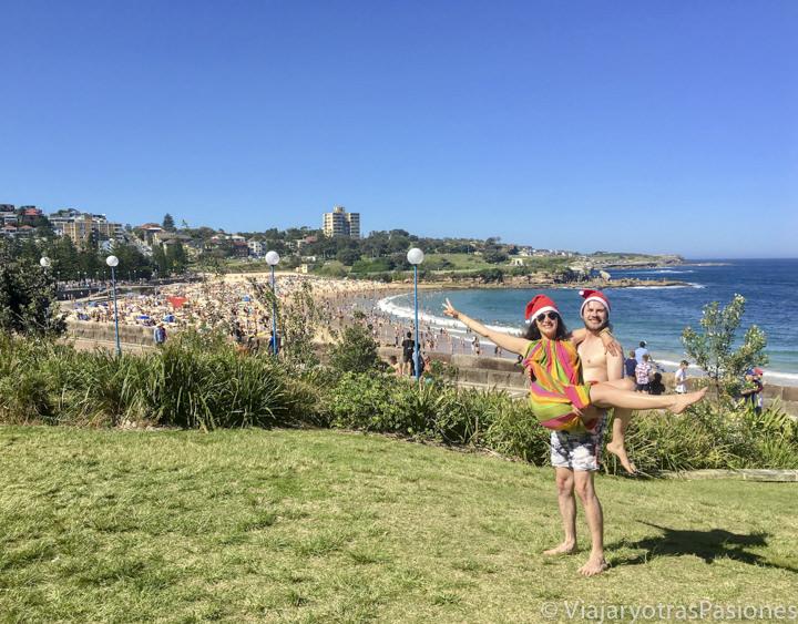 Pareja celebrando la Navidad en la playa de Coogee en Australia