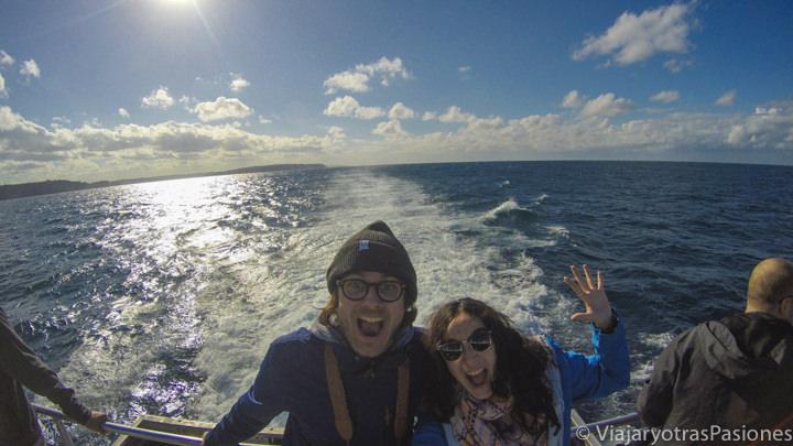 Pareja feliz en el barco para ver las ballenas en Sydney, Australia