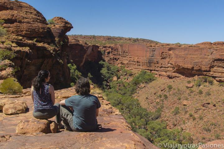 Pareja mirando el panorama en el increíble Kings Canyon en Australia