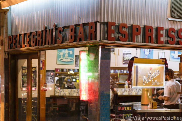 Fachada del famoso bar Pellegrini en Melbourne, Australia