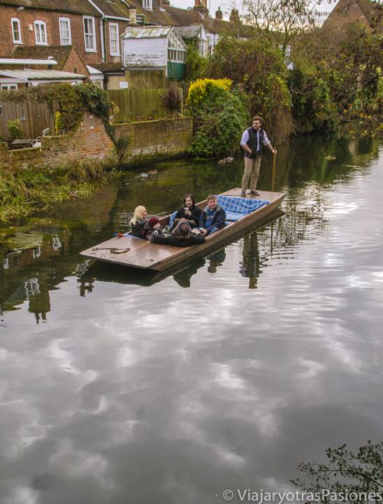 En el canal Great Stour haciendo punting en Canterbury en un día