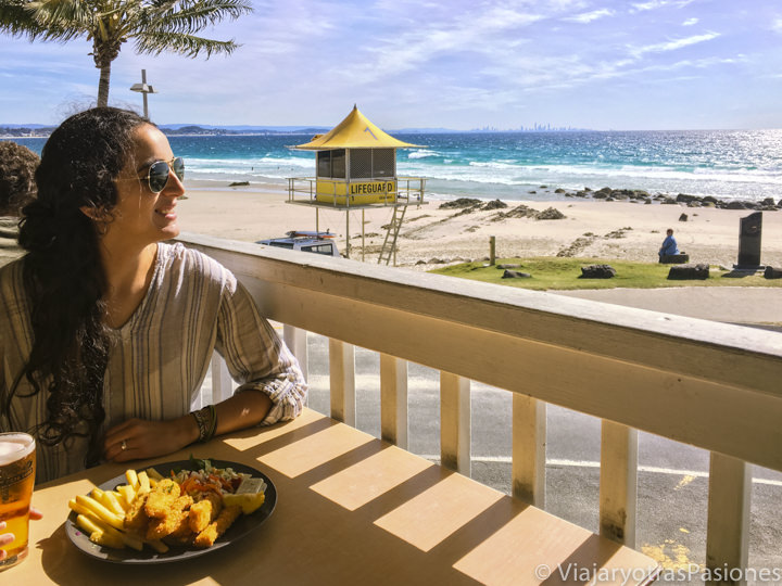 Buena comida y bonita vista en la bahía de Rainbow Bay en Gold Coast, Australia