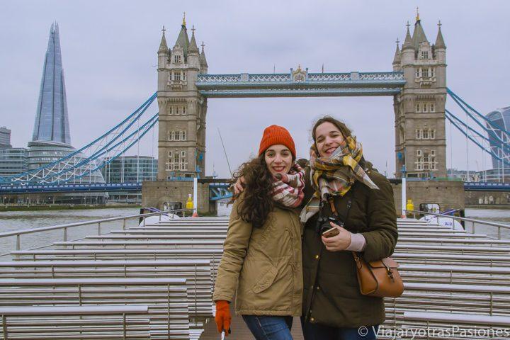Maravillosa vista panorámica del Tower Bridge desde el crucero por el Támesis, Londres
