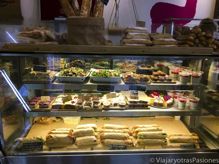 Selección de comida en la Sunday Bakery de Byron Bay, Australia
