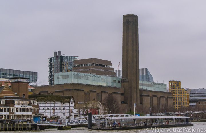 Vista desde el crucero por el Támesis de la Tate Modern y el Globe en Londres