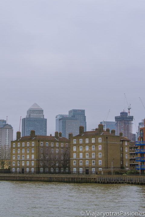 Canary Wharf en la distancia desde el barco por el Támesis en Londres
