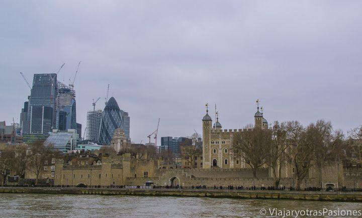 Desde el barco por el Támesis vista de la Tower of London y la City