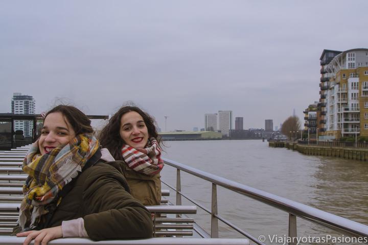 Hermanas en el crucero del río Támesis desde Greenwich en Londres, Inglaterra