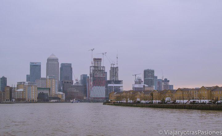 Vista de Canary Wharf y la South Bank desde el Barco por el Támesis en Londres