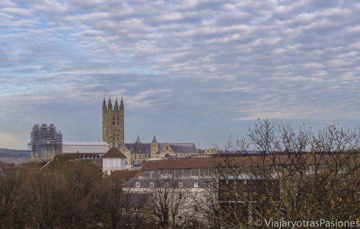 Vista panoramica desde las murallas hacia la famosa catedral en Canterbury en Inglaterra