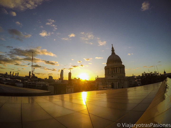 Espectacular atardecer sobre St Paul's desde la terraza del One New Change en Londres