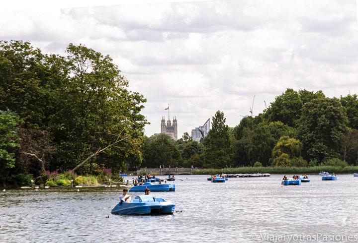 Vista del famoso lago Serpentine de Hyde Park en Londres, Inglaterra
