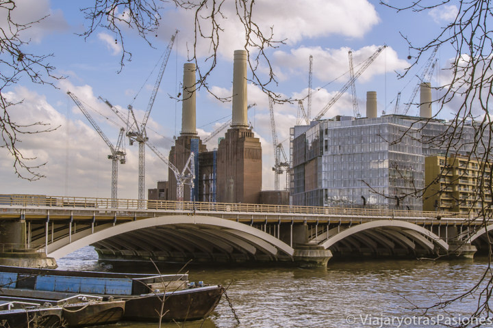 Vista de la famosa Battersea Power Station cerca del parque de Battersea en Londres