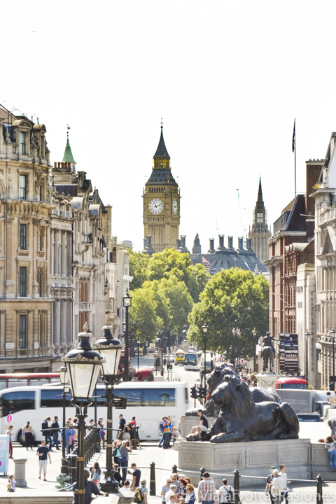 Espectacular vista de la torre del Big Ben desde Trafalgar Square en Londres, Inglaterra