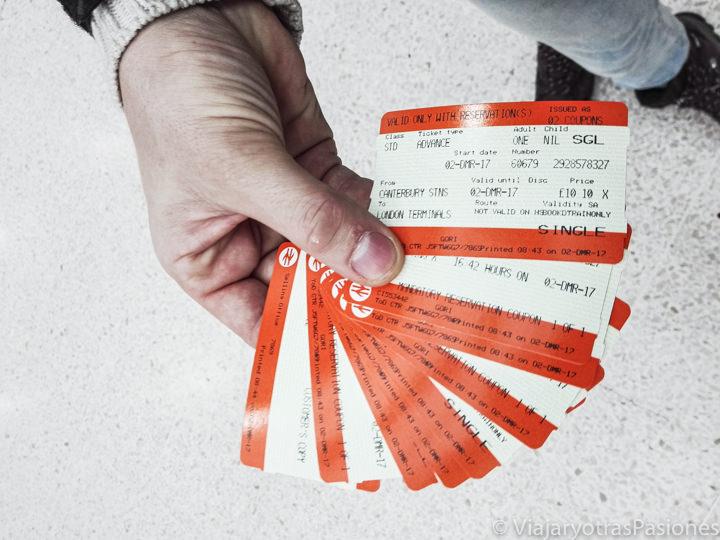 Típicos billetes de tren por el transporte en Londres, Inglaterra