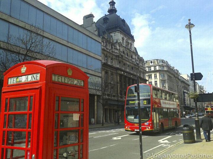 Típica cabina telefónica roja y bus rojo en la ciudad de Londres